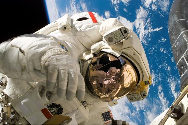 astronaut svemir
