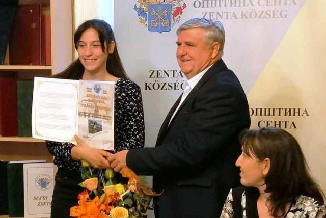 Zahvalnicu je Adriani Vilagoš uručio predsednik senćanske opštine Rudolf Cegledi foto: M. Mitrović