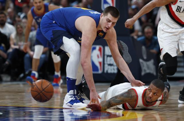 Nikola Jokić u duelu sa Demijanom Lilardom Foto: AP Photo/David Zalubowski