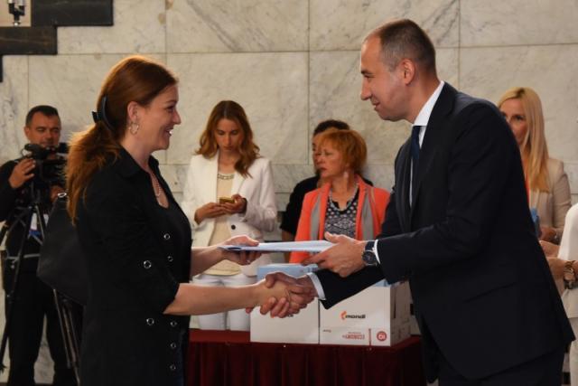 Vuk Radojević uručio je ugovore koji su ostvarili pravo na bespovratna sredstva u okviru tri konkursa Foto: Pokrajinska vlada
