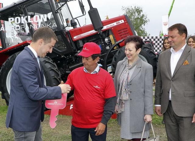 """Ključ traktora """"belarus"""" pripao Palu Čipaku iz Jaša Tomića Foto: J. Pap"""