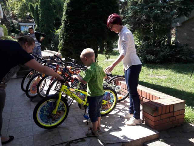 Bicikli i oprema za bebe hraniteljskim porodicama foto: B. Pavković