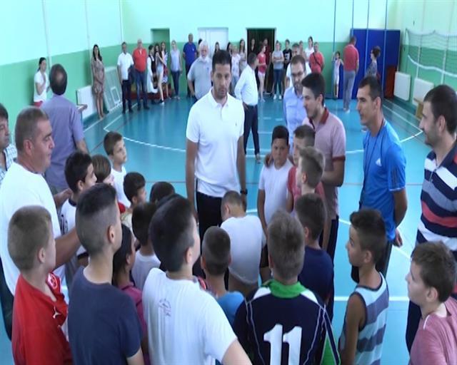 """Udovičić posetio Osnovnu školu """"Milica Sojadinović Srpkinja"""" u Vrdniku Foto: Tanjug/video"""