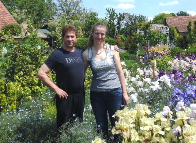 Lejla Randovič i Tibor Nađ u svom prekrasnom vrtu u Trešnjevcu foto: M. Mitrović