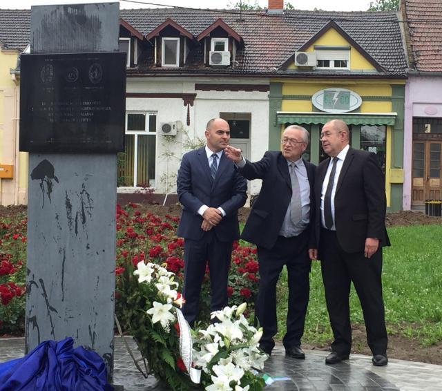 Spomenik je postavljen na platou ispred rimokatoličke crkve u Bačkoj Palanci Foto: skupstinavojvodine.gov.rs