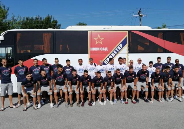 Fudbaleri Proletera pred polazak Foto: FK Proleter