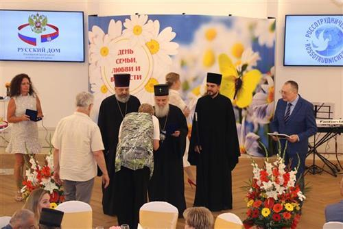 Patrijarh Irinej odlikovao direktorku Ruskog doma u Beogradu Foto: Tanjug/video
