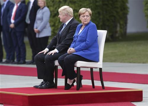 Džonson i Merkel Foto: AP Photo/Michael Sohn