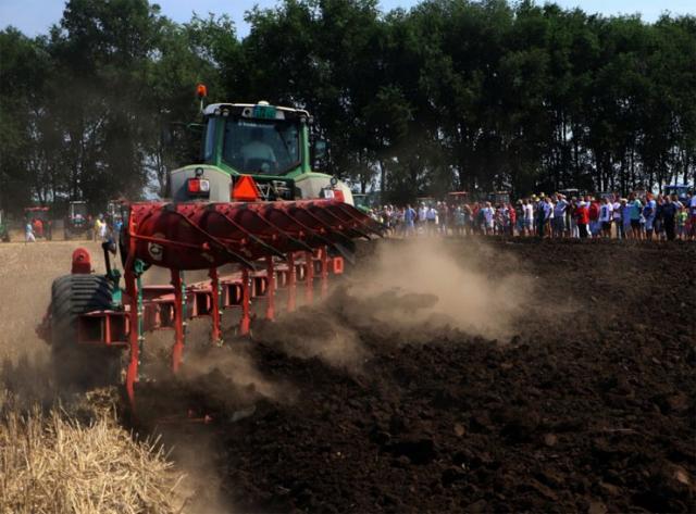 """""""Srbobranska brazda""""- jedinstveno takmičenje orača u kategoriji lakih, srednjih i teških traktora  Foto: Pokrajinska vlada"""