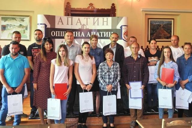 Deset nezaposlenih dobilo je priliku da samostalno otpočne sopstveni biznis novcem lokalne samouprave Foto: Opština Apatin