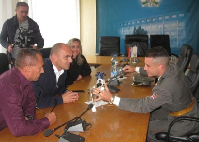 Kao drugi u klasi na Vojnoj akademiji, mladi Palančanin je nagrađen posrebrenom sabljom Foto: Dnevnik.rs