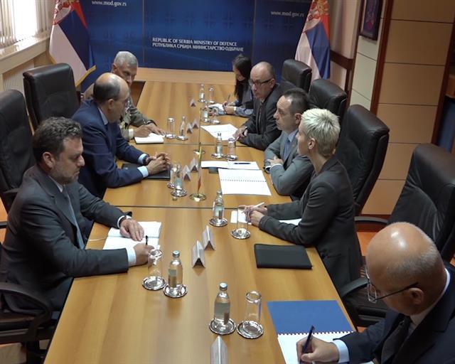 Ministar odbrane Aleksandar Vulin sa ambasadorom Italije Karlom Lo Kašoom Foto: Tanjug/video