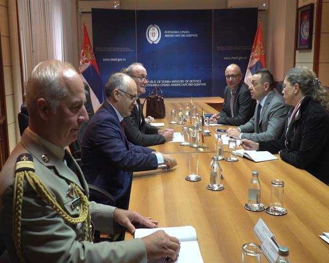 Ministar odbrane Aleksandar Vulin i novoimenovani ambasador Francuske Žan-Luj Falkoni Foto: Tanjug/video
