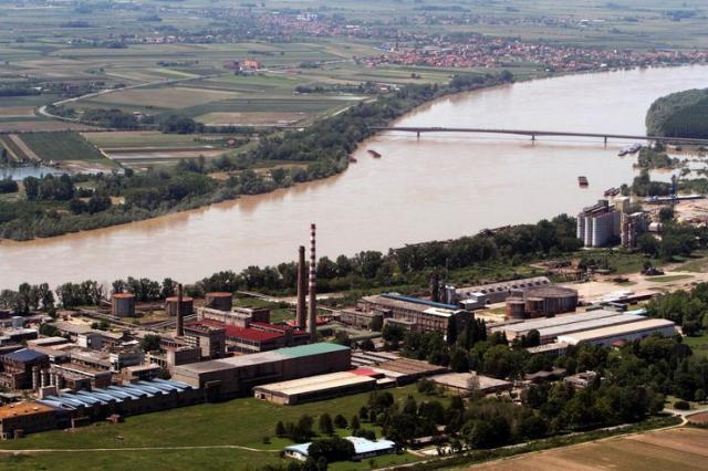 Industrijski kompleks Sremske Mitrovice na obali Save Foto: Dnevnik.rs