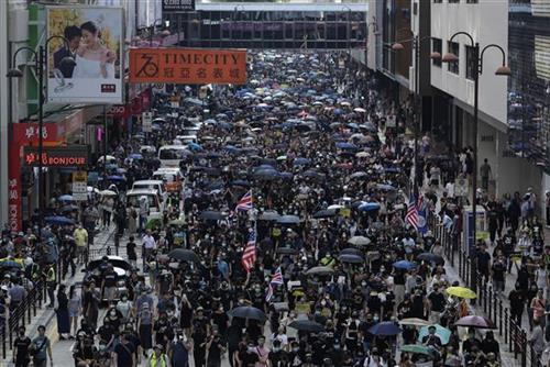 Demonstracije u Hongkongu Foto: AP Photo/Mark Schiefelbein, Vincent Yu, Kin Cheung