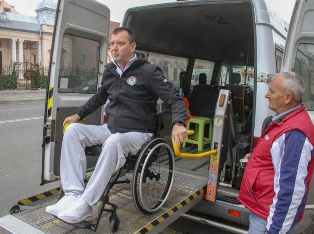 Dragan Vitorović demonstrira kako se svakodnevno prevoze osobe sa invaliditetom u Vršcu Foto: R. Hadžić