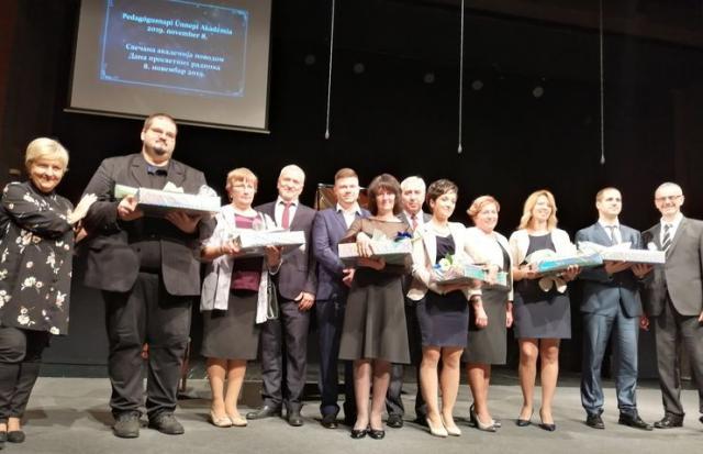 Nagrađeni prosvetni radnici i direktori obrazovnih ustanova u opštini Kanjiža  Foto: M. Mitrović