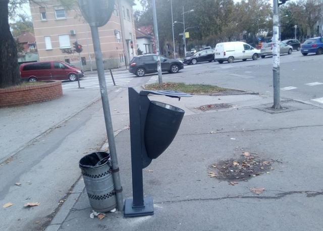 """JKP """"Čistoća"""" postavlja nove korpe za otpatke na ulicama Novog Sada Foto: Dnevnik.rs"""