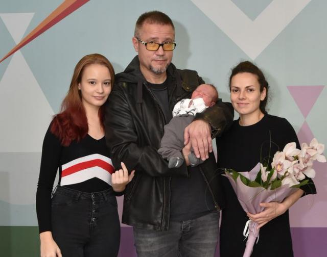 Sestra Lara Stajić, tata Miroslav Stajić, beba Noa Volčkov Stajić i mama Vanja Tatomirov Foto: privatna arhiva
