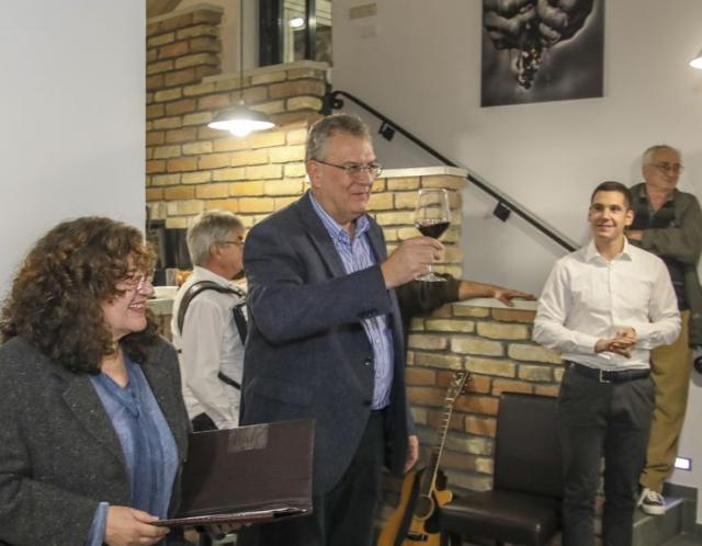 "Vlasnik ""Vinuma"" dr Milan Ubavić iz Sremskih Karlovaca neguju kult mladog vina Foto: R. Hadžić"