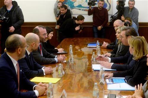 Vučić sa EU parlamentarcima Foto: Tanjug/video