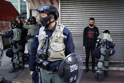 Policija u Hongkongu  Foto:  AP Photo/Vincent Thian