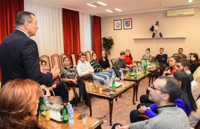 Prof. dr Zoran Milošević priredio je prijem u Pokrajinskoj vladi za 20 studenata romske nacionalne zajednice Foto: Pokrajinska vlada