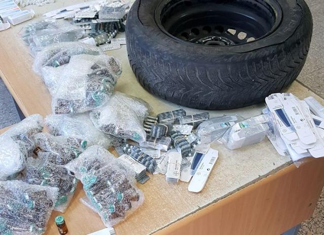 U rezervnoj gumi pronađeno 3.000 tableta Oxandrolone i 272 ampule testosterona Foto: Uprava carina