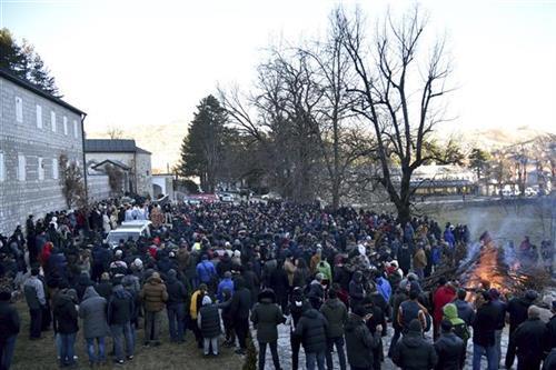 Građani Crne Gore u protestu protiv spornog Zakona o slobodi veroispovesti Foto: AP Photo/Risto Bozovic