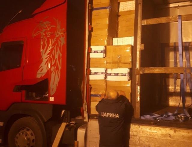 """U """"bunkeru"""" kamiona na Neštinu 4 800 boksova cigareta Foto: Uprava carina"""