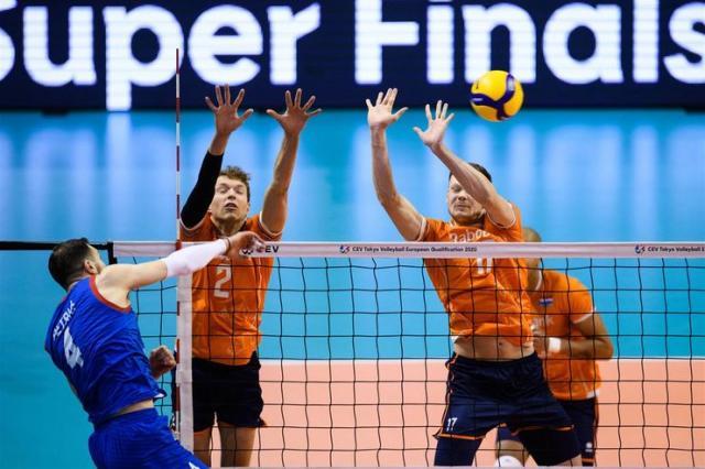 Petrić smečuje pored bloka Holanđana Foto: CEV