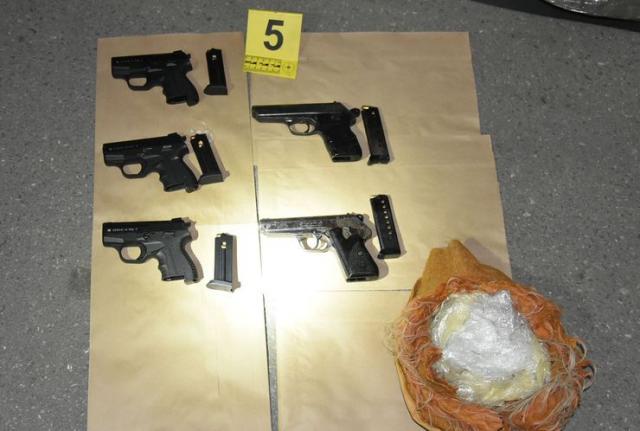 Policija kod uhapšene pronašla marihuanu, heroin, pet pištolja Foto: MUP Srbije