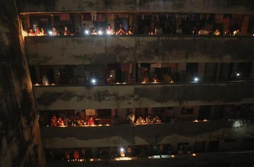 """Indijci svećama osvetlili """"mrak korona virusa"""" Foto: AP Photo/Rafiq Maqboo"""