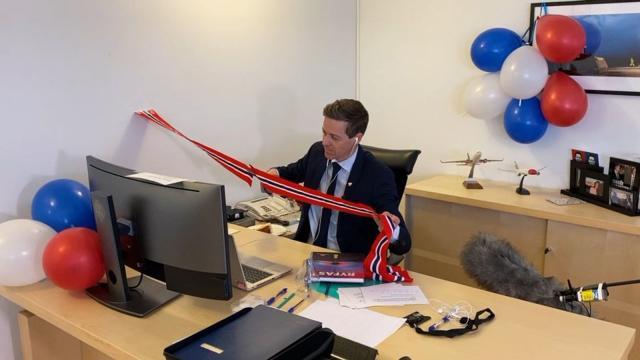 Norveški ministar saobraćaja Knut Arild preseca vrpcu u kancelariji Foto: Pic Henrik Jonassen/Samferdseldepartementet