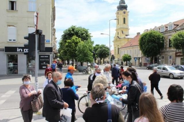 Akcija podele dezinfekcionih sredstava i zaštitne opreme organizovana je juče u Rumi  Foto: Opština Ruma