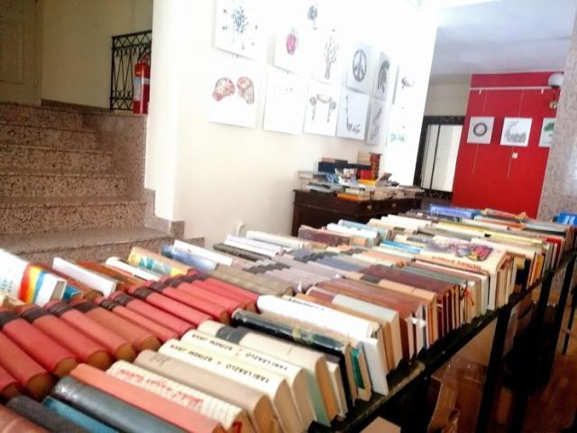 На Добротворном базару књига Новосадско позориште прикупило 130.000 динара Фото: Д. Андулајевић