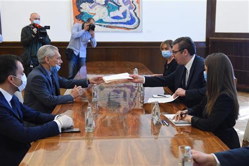 Predsednik Srbije Aleksandar Vučić uručio je danas ambasadoru Rusije Aleksandru Bocan-Harčenku pismo za predsednika Vladimira Putina  Foto: Tanjug/video