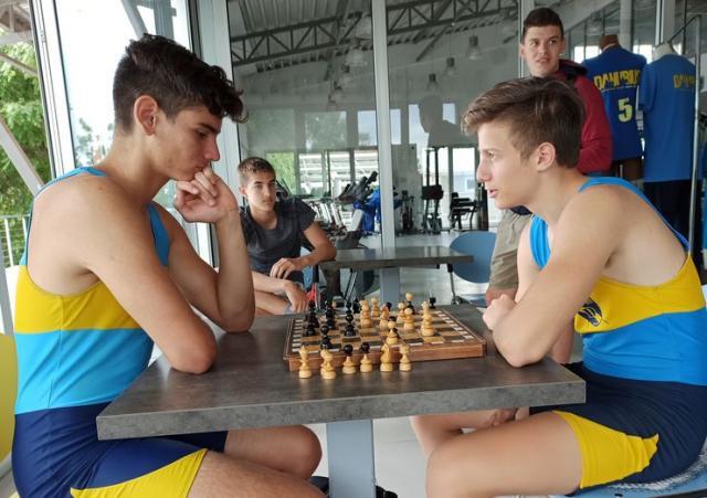 Kadeti Nikola Krstić i Luka Lončar nakon treninga igraju šah Foto: J. Galić