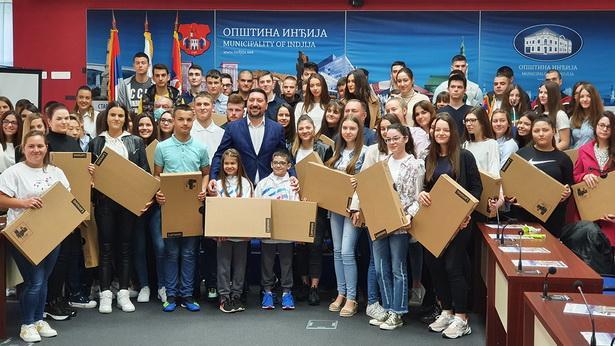 Podeljeni laptopi najboljim učenicima u Inđiji Foto: Opština Inđija