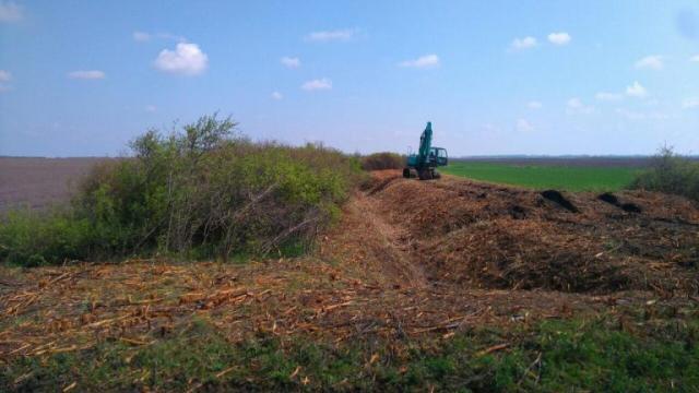 """Tarupiranje, izmuljenje i razastiranje zemlje duž kanalapo nalogu """"Voda Vojvodine"""" Foto: VPD """"Srednji Banat"""""""