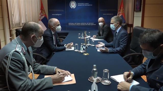 Ministar odbrane Nebojša Stefanović sa ambasadorom Nemačke u Srbiji Tomasom Šibom Foto: Tanjug/video