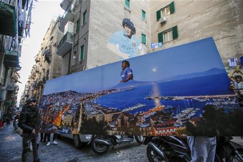 Fanovi Napolija odali počast Maradoni Foto: AP Photo/Alessandra Tarantino