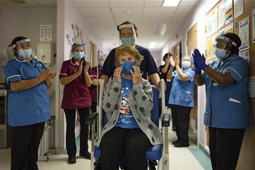 Margaret Kinan, prva koja je primila Fajzerovu vakcinu protiv Kovida-19 Foto: Jacob King/Pool via AP