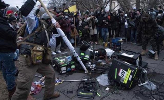 Trampove pristalice uništavaju novinarsku opremu ispred Kapitola Foto: AP Photo/Jose Luis Magana