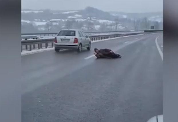 Ležao na auto-putu ,vozila jurila, policija Čačka ga zbrinula Foto:Twitter/@bivseznacke