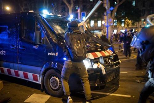 Protesti zbog hapšenja repera Foto: AP Photo/Emilio Morenatti