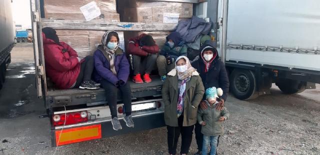 cela porodica sa decom u prikolici Vranje