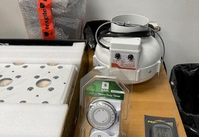 Zaplenjena mini laboratorija za uzgoj marihuane  foto: Uprava carina