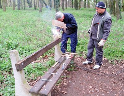 Град Сомбор/Вандали уништавају мобилијар у Роковачкој шуми, а комуналци поправљају