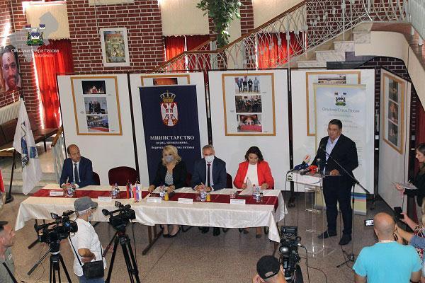 Општина Стара Пазова/Председник општине Ђорђе Радиновић приликом уручења уговора